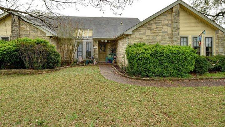 Nu doar LUXUL costă SCUMP. Cu cât se vinde cea mai URÂTĂ casă din Texas (FOTO)