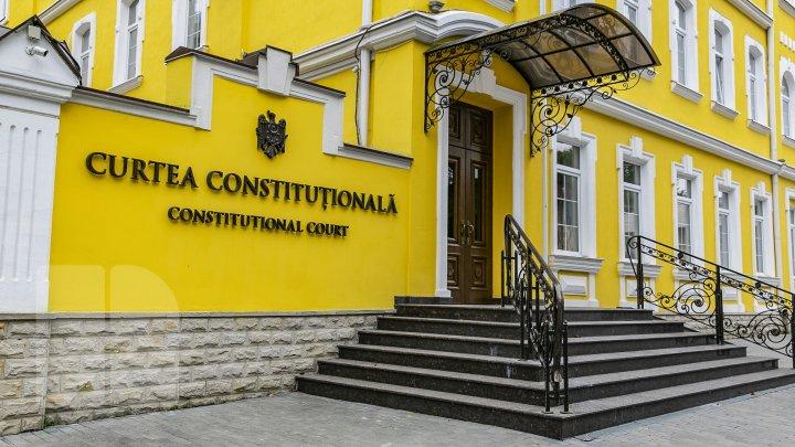 Deputații PRO MOLDOVA și PAS au contestat la Curtea Constituțională prevederile legii asumate de Guvern, care a intrat deja în vigoare