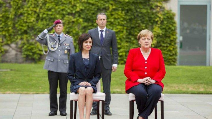 Maia Sandu s-a întâlnit cu Angela Merkel la Berlin. La intonarea imnurilor, politicienele au stat pe scaune