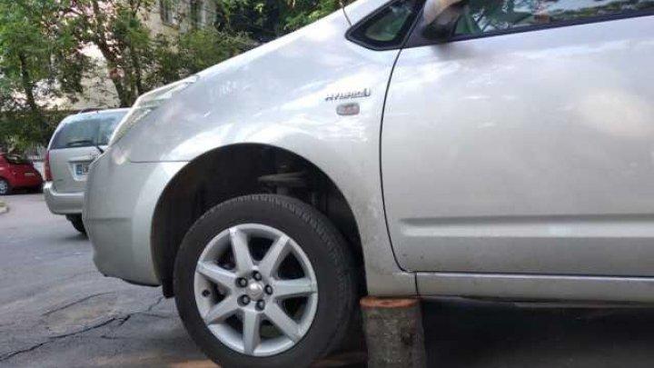 Un automobil parcat pe strada Matei Basarab din Capitală, dezmembrat de hoţi (FOTO)