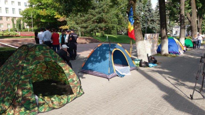 Protest în faţa Parlamentului. Oamenii au anunţat GREVA FOAMEI şi cer ca Igor Dodon să fie investigat pentru trădare de ţară (FOTO)
