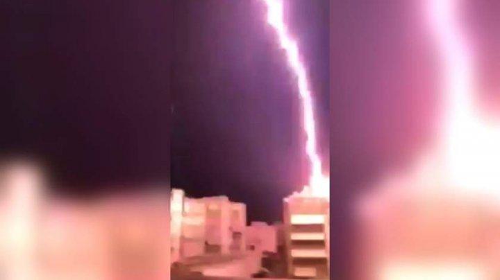 Momentul în care un fulger loveşte un bloc din Salonic. Oamenii, îngroziţi (VIDEO)
