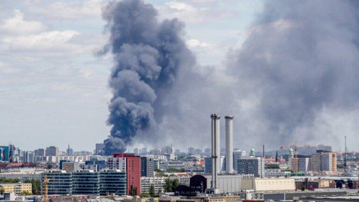 Incendiu de amploare într-o zonă comercială din Berlin: 150 de pompieri, la faţa locului