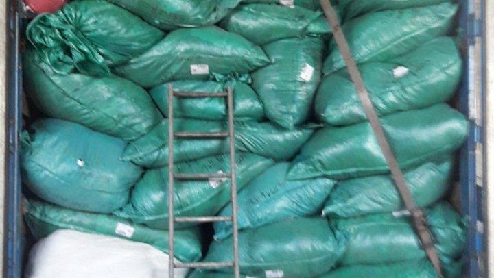 PERICOL pentru cumpărători. Sute de kilograme de haine uzate, interzise pentru import, descoperite într-un camion în nordul ţării