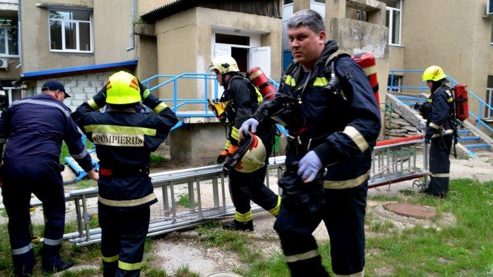 INCENDIU MAJOR la spitalul municipal de pediatrie din Bălţi. Cum au intervenit pompierii (FOTO)