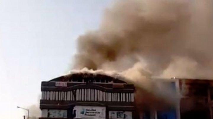 Incendiu puternic în sediul unei companii de stat din India. Sunt oameni blocați