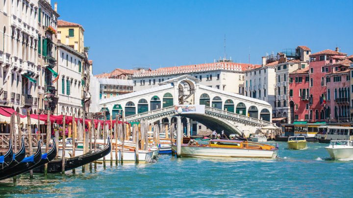 Doi turiști au fost amendaţi în Veneția pentru că își pregăteau cafeaua pe treptele unui pod