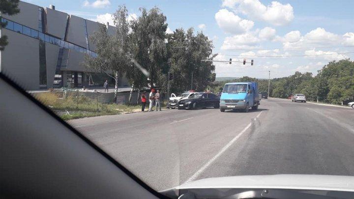 Accident violent cu implicarea unei mașini de poliție pe o stradă din Capitală