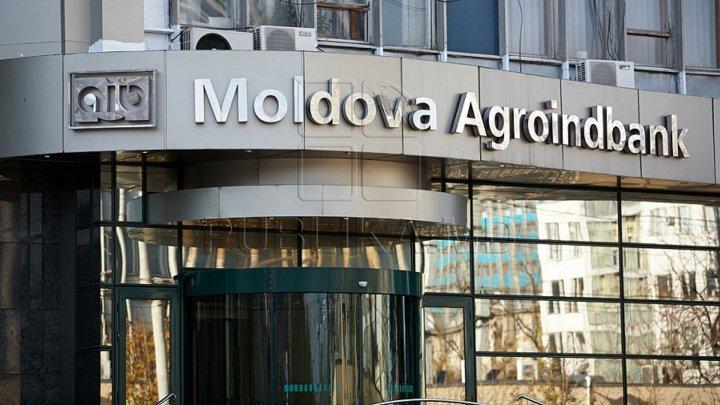 Protest în faţa sediului central al băncii Moldova-Agroindbank. Oamenii cer despăgubiri mai mari de la administraţie