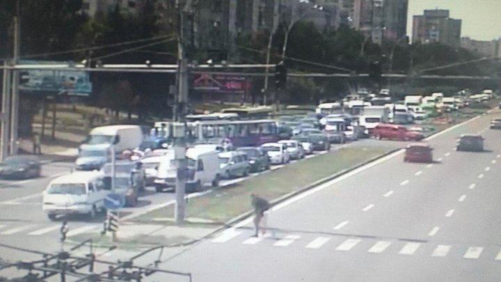 Accident pe bulevardul Dacia din Capitală. Două mașini s-au ciocnit violent cu un troleibuz (FOTO)