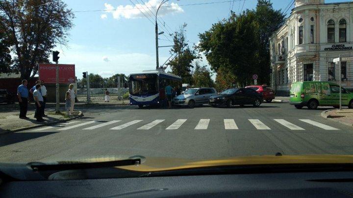 Accident cu implicarea unui troleibuz pe strada București din Capitală. Se circulă cu dificultate (FOTO)