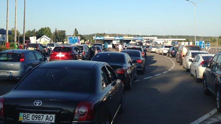 TRAFIC INTENSIV în unele puncte de trecere a frontierei de stat. Zeci de maşini, în aşteptare pe direcția ieșire din țară