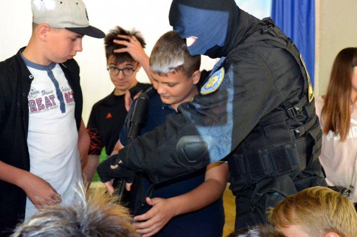 Lecţii despre pericolele şi consecinţele terorismului, în taberele de vară. Ofiţerii SIS învaţă copiii cum să procedeze în situaţii de risc