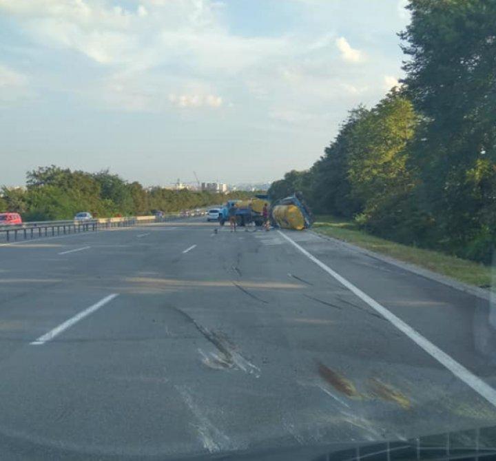 ACCIDENT la Stăuceni. Un camion cu lapte s-a răsturnat pe şosea (VIDEO/FOTO)