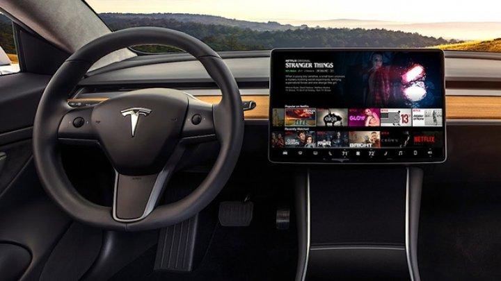 Maşinile Tesla primesc aplicaţii YouTube şi Netflix la bord