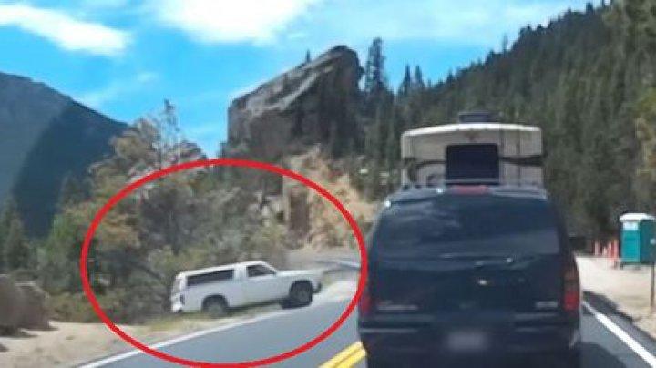 Vezi momentul prăbușirii în prăpastie a unei mașini, stăpânul căreia a uitat să pună frâna de mână (VIDEO)