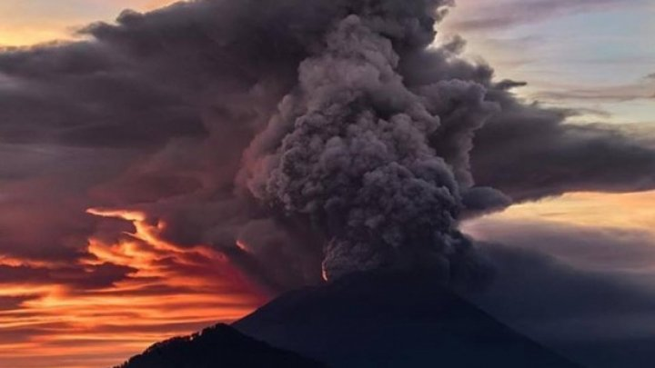 Un vulcan din provincia indoneziană Java de Vest a erupt