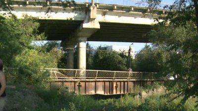 VOR SOLUŢII, NU DISCUŢII: Cei de pe strada Cantonului cer să le fie lăsat podul
