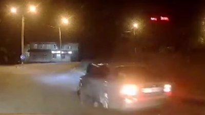 Un poliţist din Ucraina a fost târât câţiva metri de un șofer. Imaginile surprinse de camerele de supraveghere