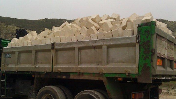 ŞOFER GHINIONIST: Din camionul pe care îl conducea au căzut cărămizi