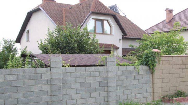 Şeful CNA, Ruslan Flocea, trăieşte într-o casă de milioane, iar în declarația de avere a menționat mai puțin (DOC)