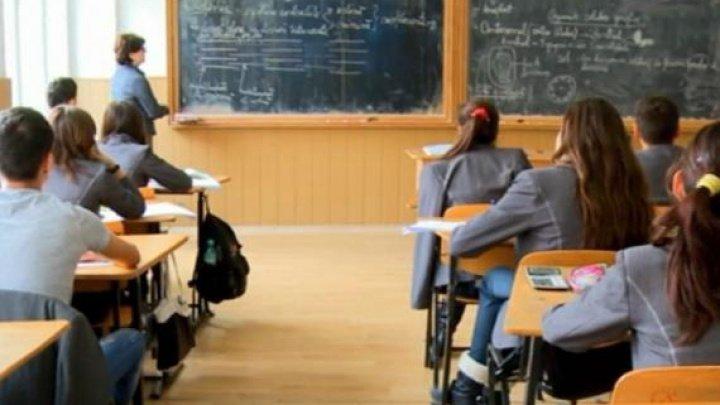 Scandal la un liceu din Capitală. Directorul instituţiei ar fi fost demis ilegal