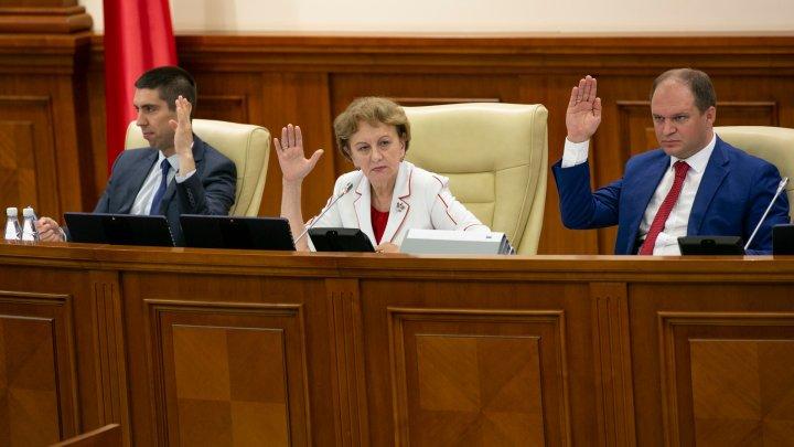 Modificările în politica bugetar-fiscală şi vamală, aprobate: Va creşte cota TVA pentru HoReCa, vor fi impozitate coletele şi vor anula tichetele de masă