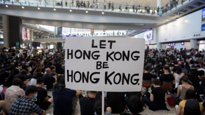 Proteste în Hong Kong: 149 de arestări, aeroportul continuă să fie ocupat de manifestanţi, iar toate zborurile sunt anulate