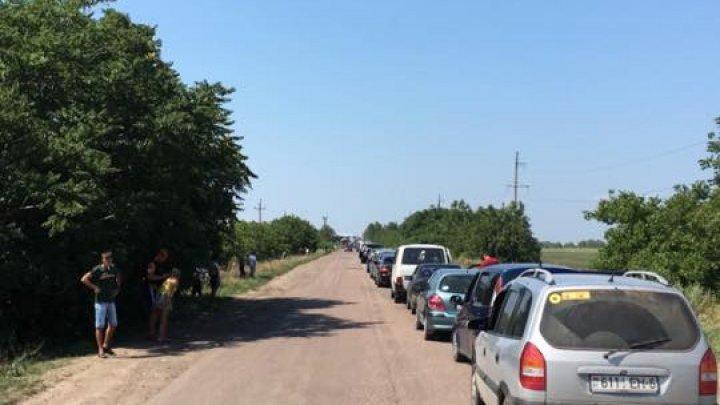 Weekend-ul a trecut, iar cozile au rămas. Șoferii așteaptă ore în şir pentru a traversa frontiera de stat (FOTO)