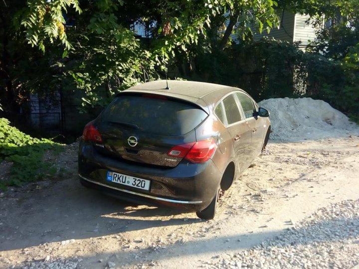 Ghinion pentru un şofer din Capitală. Şi-a parcat maşina în curtea casei... şi a rămas fără ROŢI (FOTO)