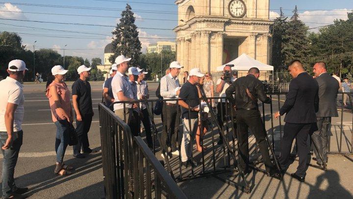 Flash-mob la concertul organizat de Igor Dodon. USB a transmis un mesaj unionist lui Serghei Şoigu
