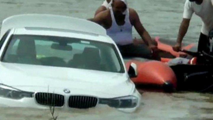 Un tânăr a primit cadou de la părinți o mașină scumpă, dar a împins-o în apele unui râu. De ce a făcut acest gest