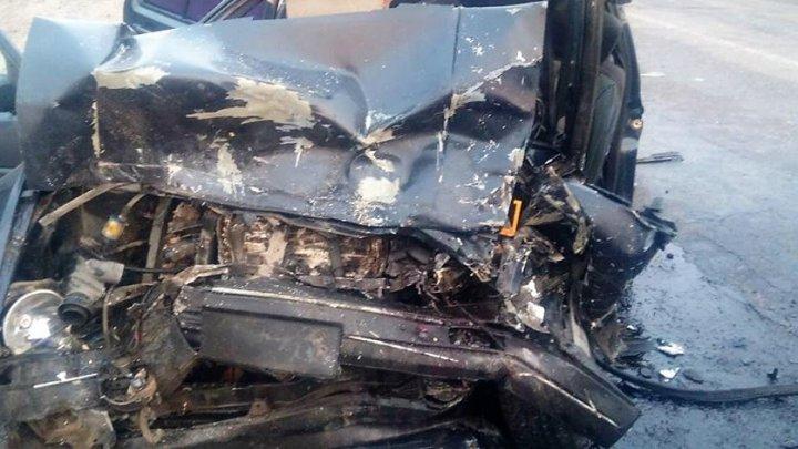 Doi şoferi, prinşi între fiarele automobilelor, în urma unui accident în nordul ţării