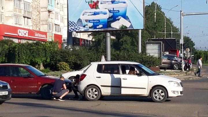 O mașină de la școală auto, implicată într-un accident, în Capitală. La volan se afla o elevă