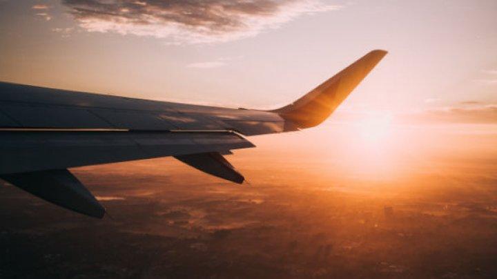 MOMENT AMUZANT pentru pasagerii unui avion. Unde s-a ascuns o însoțitoare de bord (VIDEO)