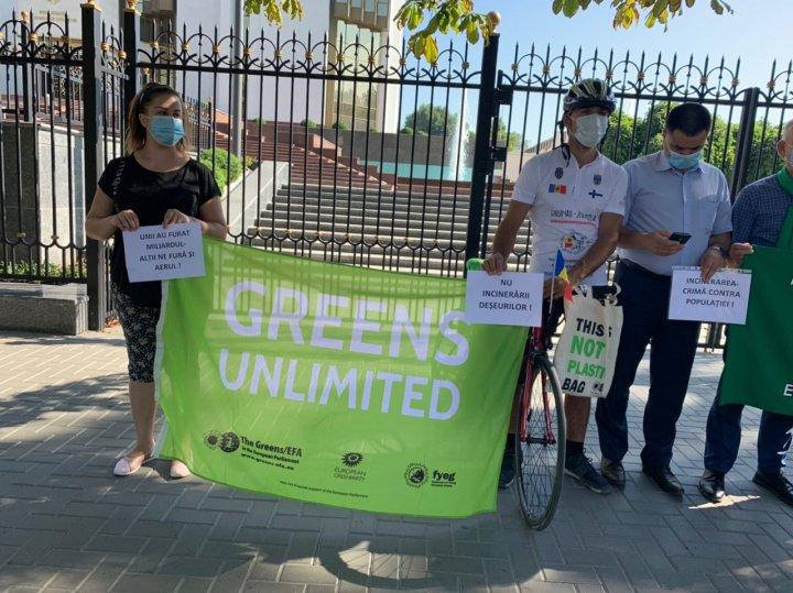 PROTEST LA PREŞEDINŢIE. Oamenii sunt împotriva arderii deșeurilor (FOTO)