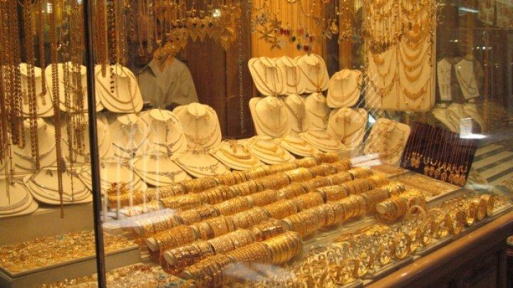 Cum a reuşit o femeie să fure bunuri de 1,6 milioane de euro dintr-un magazin de bijuterii din Paris
