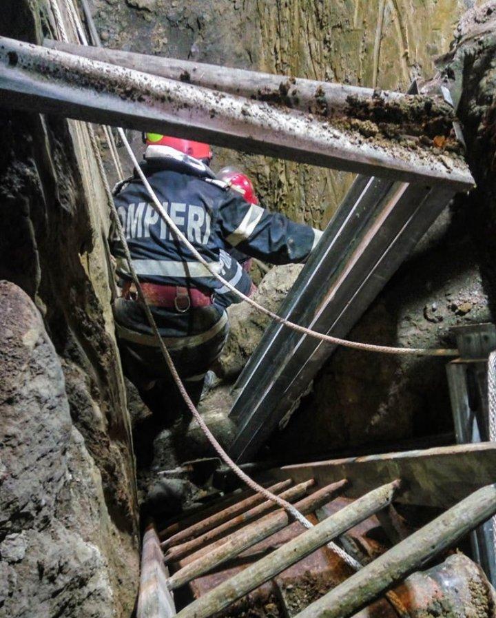 L-a înghițit pământul! Un bărbat, acoperit cu un morman de pământ în timpul unor lucrări (IMAGINI CU PUTERNIC IMPACT EMOŢIONAL)