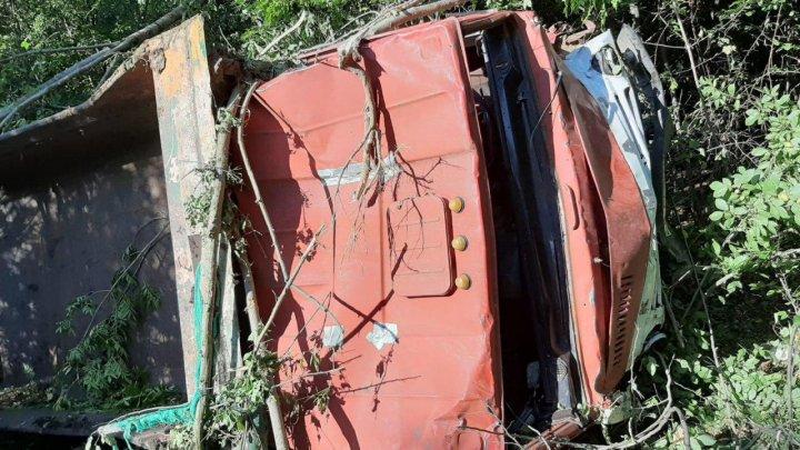 ACCIDENT FATAL în raionul Străşeni. Un autocamion a derapat şi s-a răsturnat în pădure