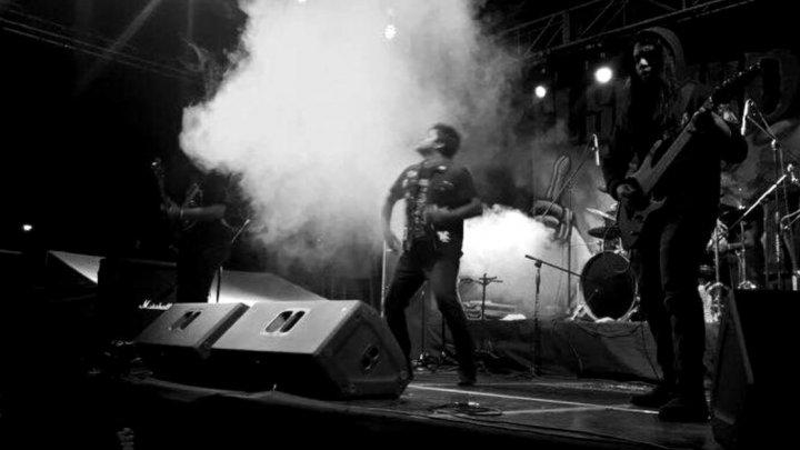 Vocalistul trupei rock Apes of God, omorât în timpul unui concert pe care îl susținea