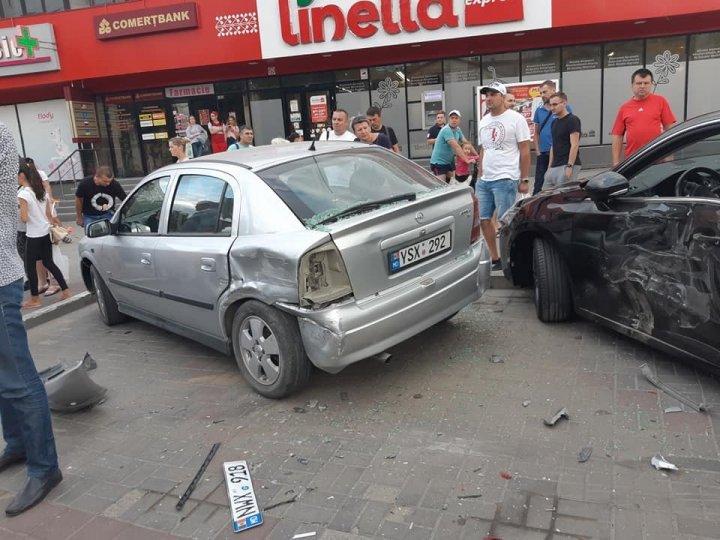 Accident grav pe strada Zadnipru din Capitală. Un tânăr a avariat cinci mașini (FOTO/VIDEO)