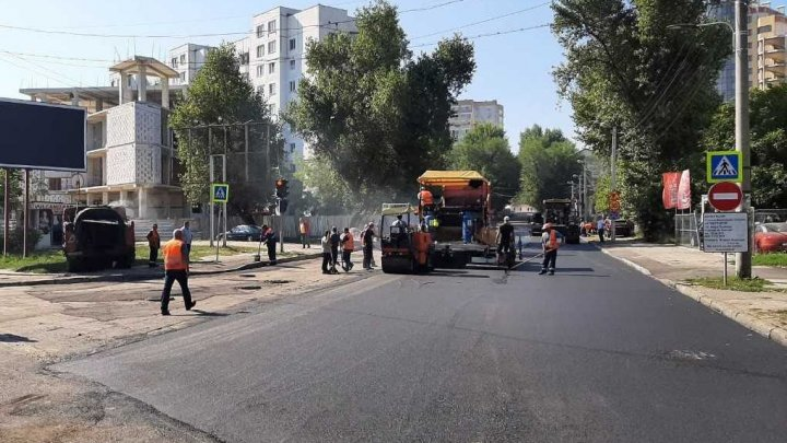 A început așternerea stratului de asfalt pe strada Petru Rareș, sectorul Râșcani al Capitalei