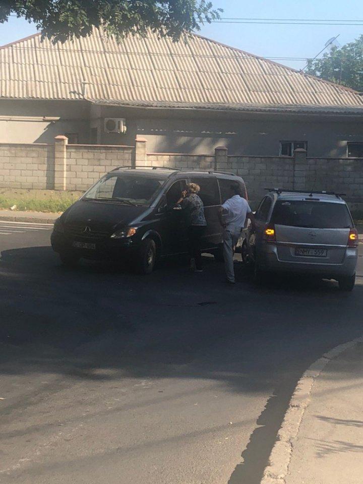 ACCIDENT MATINAL în Capitală. Două mașini s-au ciocnit. Se circulă cu dificultate (FOTO)