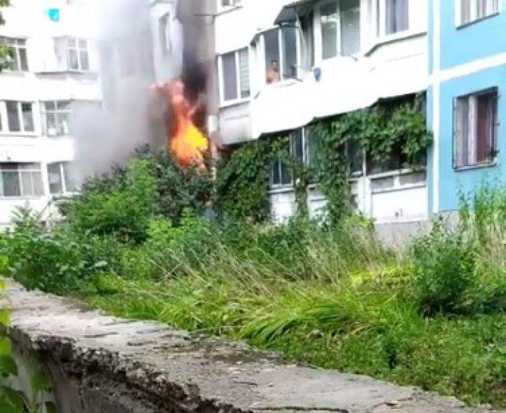 Incendiu pe strada Grenoble din Capitală. Un apartament, cuprins de flăcări (FOTO)