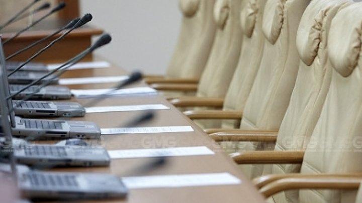 Opoziția a contestat legea adoptată prin asumarea răspunderii Guvernului. SÎRBU: Se urmăresc interese ascunse