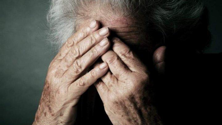 """Bătrânică snopită în bătaie de 3 tineri: """"Maică, mă băteau şi râdeau"""" (FOTO)"""