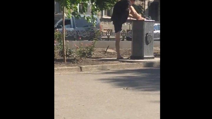 Unii cu faţa, alţii cu ... Un bărbat din Capitală, surprins în timp ce îşi spăla picioarele într-o cişmea (VIDEO)