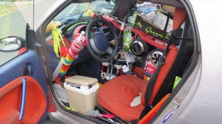 Un şofer i-a lăsat fără cuvinte pe poliţişti. Şi-a burduşit maşina cu atâtea lucruri, încât abia putea să vadă şoseaua (FOTO)