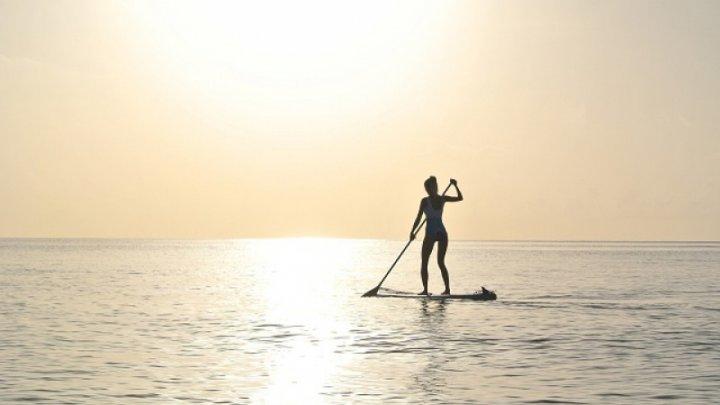 O femeie din Statele Unite a murit în timp ce făcea yoga pe o placă de surfing