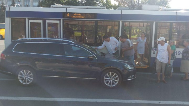 ACCIDENT ÎN PMAN. O mașină s-a tamponat violent cu un troleibuz (FOTO)